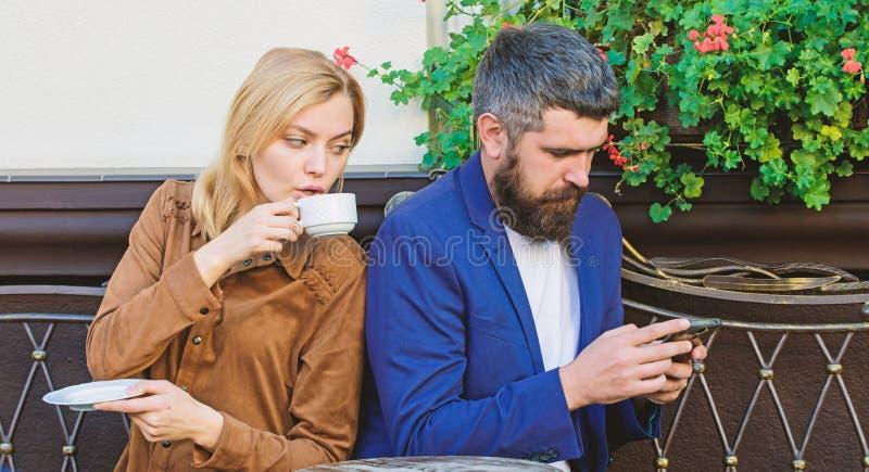 Gebrek aan levende mededeling Kom eerst van meisje en de rijpe mens samen de vrouw en de man met baard ontspannen in koffie Bruta royalty-vrije stock afbeeldingen