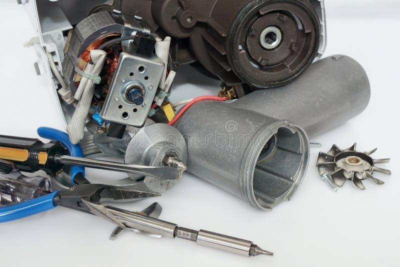 Gebrekkige vervangstukken moderne elektrische gehaktmolen en reparatiehulpmiddelen stock foto