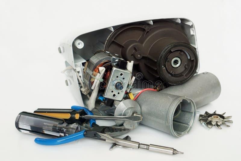 Gebrekkige vervangstukken moderne elektrische gehaktmolen en reparatiehulpmiddelen stock afbeeldingen