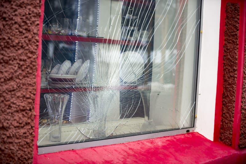 Gebrochen durch das Protestdemonstrantschaufenster stockfoto
