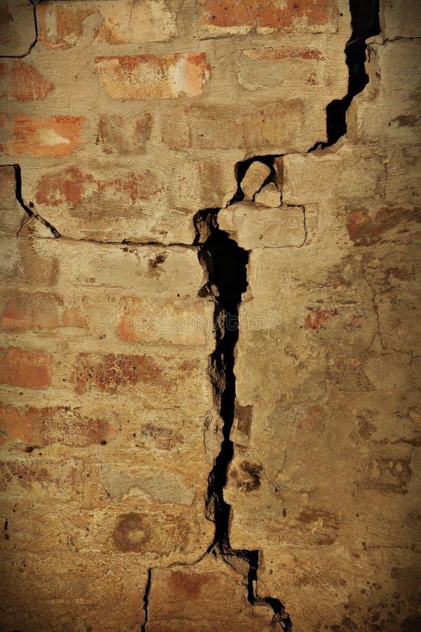 Gebrochene Backsteinmauer lizenzfreie stockfotos