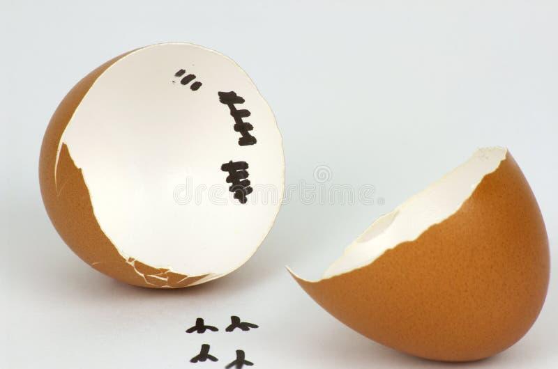 Gebrochene Eierschale mit Abdr?cken auf wei?em Hintergrund stockfoto