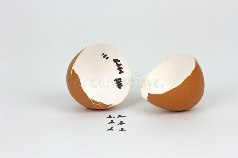 Gebrochene Eierschale mit Abdr?cken auf wei?em Hintergrund lizenzfreie stockfotos