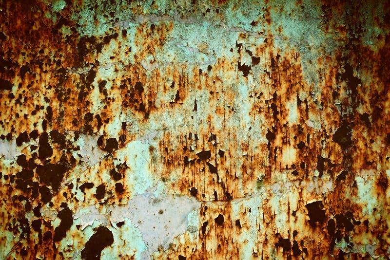 Gebrochene Farbe der Beschaffenheit auf rostiger Stahlwand stockfotografie