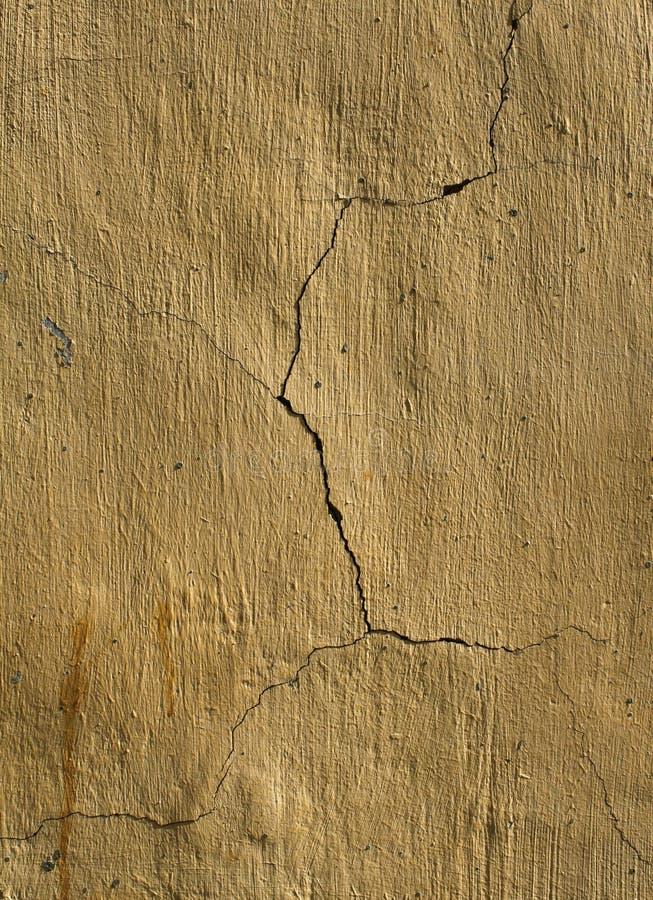Gebrochene gelbe Pflasterwand stockbilder