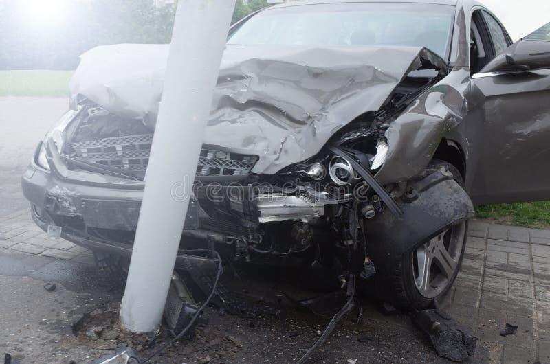 Gebrochene Maschine des Autounfalls Alkohol im Strassenverkehr stockbilder