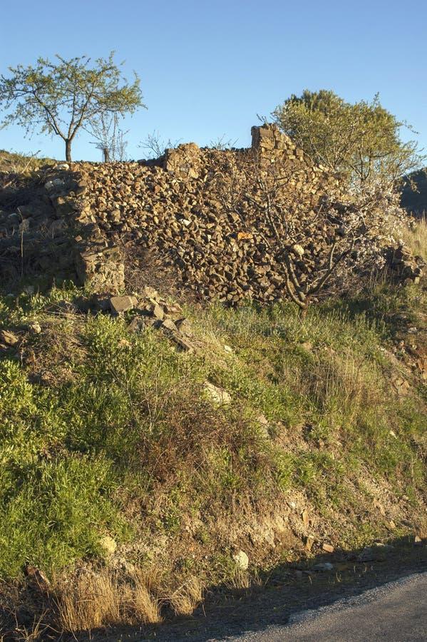 Gebrochene und verwitterte alte Steinwand lizenzfreies stockfoto