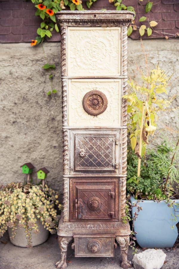Gebrochene Weinlese-Roheisen-Ofen-draußen Inneneinrichtung lizenzfreie stockfotos