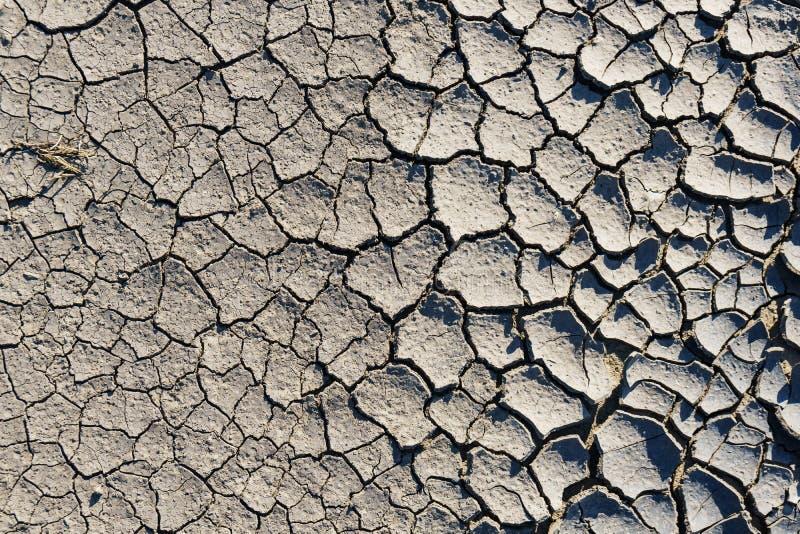 Gebrochener Boden, trockenes Land Gebrochener Grundhintergrund, trockener gebrochener Boden, der den Rahmen als Hintergrund füllt lizenzfreies stockbild