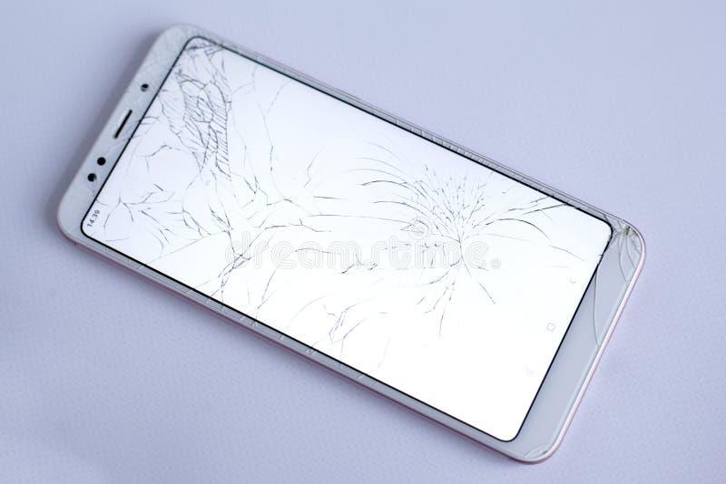 Gebrochener Telefonschirm-, defekter und zerquetschterhandy-Sensor Auf wei?em Hintergrund stockfoto