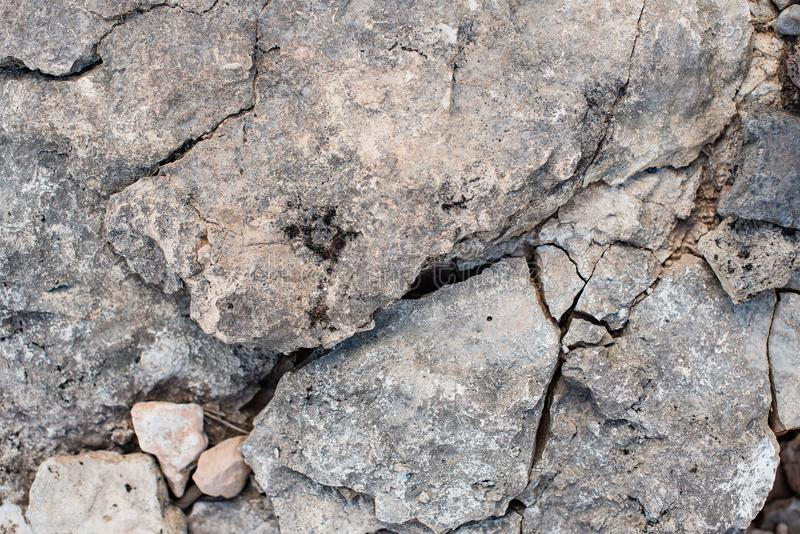 Gebrochener versteinerter Tonboden als Hintergrund lizenzfreies stockfoto