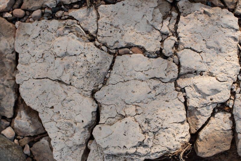 Gebrochener versteinerter Tonboden als Hintergrund lizenzfreies stockbild