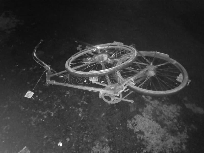 Gebrochenes Fahrradnachtzeitüberbrückungs-Jungenfahrrad stockfoto