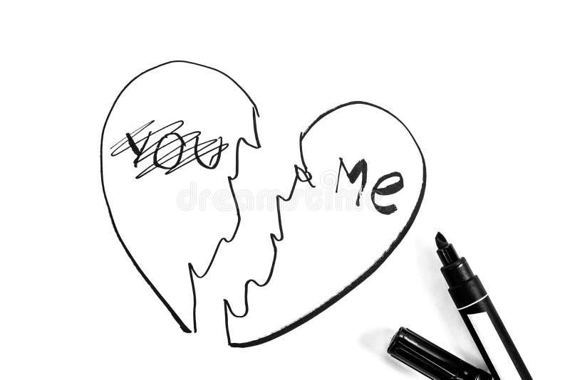 Gebrochenes Herz wird mit Markierung, Schwarzweiss-Foto gemalt lizenzfreie stockbilder