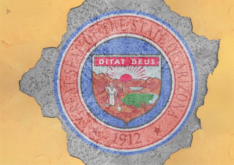 Gebrochenes Loch mit US-Staats-Arizona-Dichtungsflaggenzusammenfassung in der Fassade stockfotografie