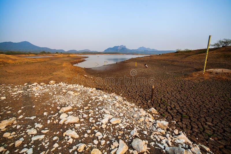 Gebrochenes trockenes Land ohne Wasser entziehen Sie Hintergrund stockfotografie