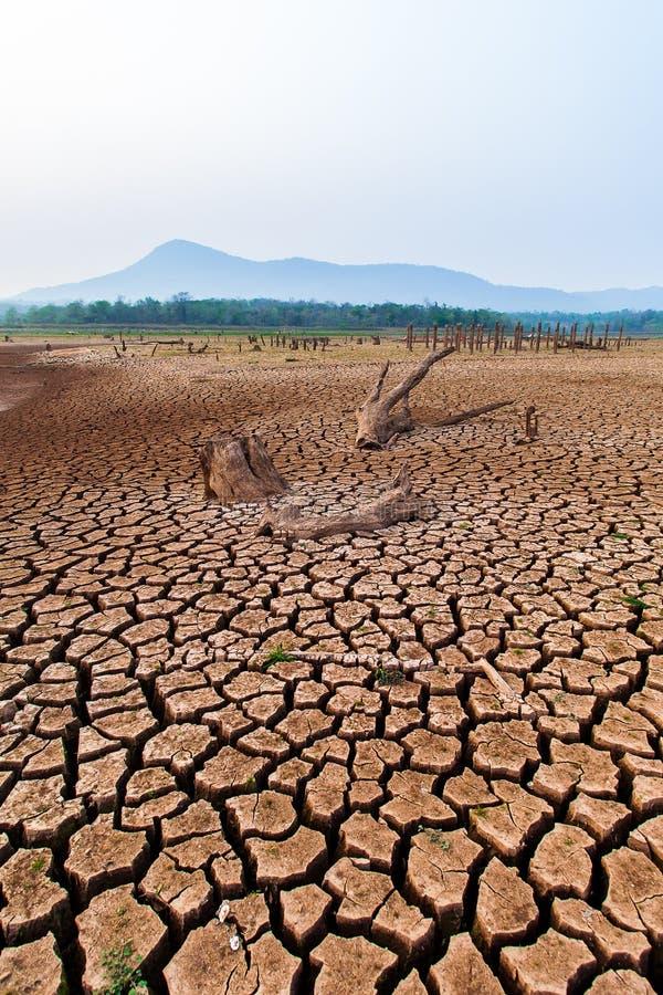 Gebrochenes trockenes Land ohne Wasser entziehen Sie Hintergrund lizenzfreie stockbilder