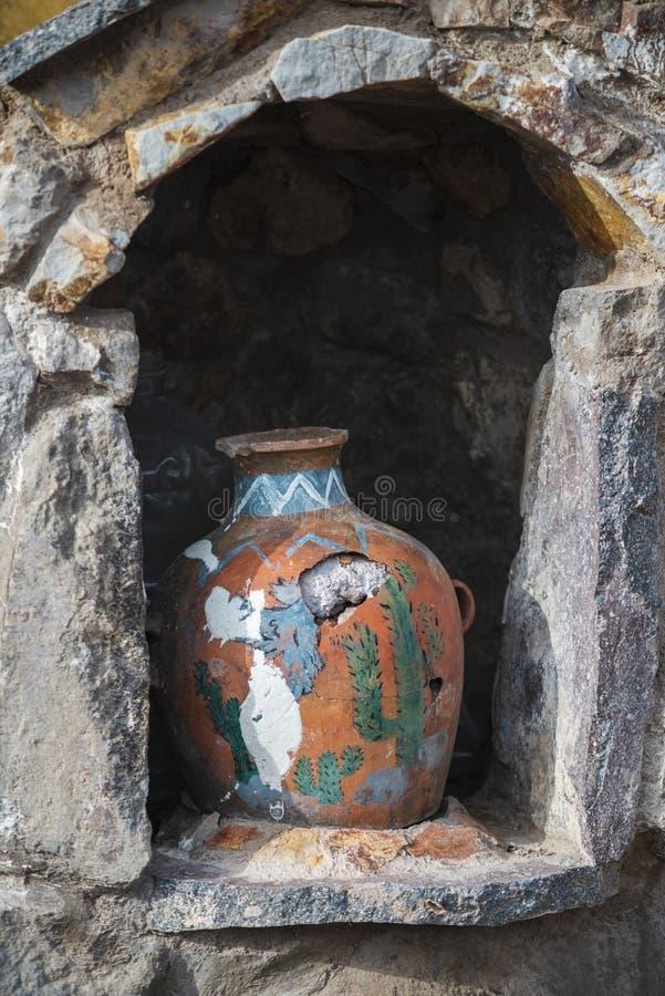 Gebroken aardewerkvaas royalty-vrije stock afbeeldingen