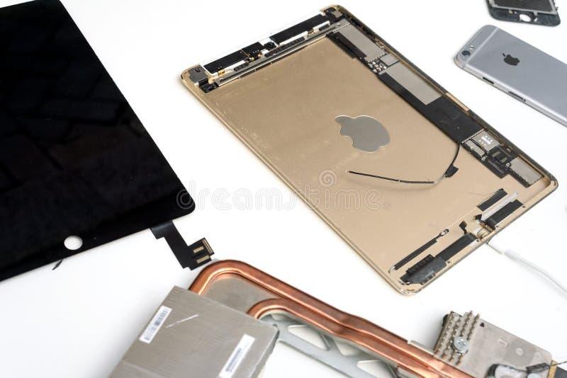 Gebroken Apple MacBook iPad stock afbeelding