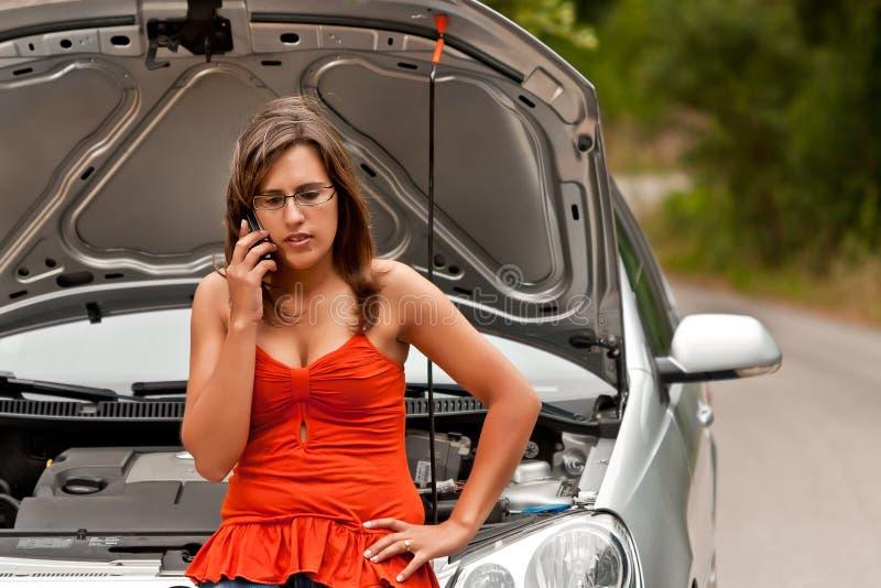 Gebroken Auto - de Jonge Vrouw verzoekt Hulp stock foto's