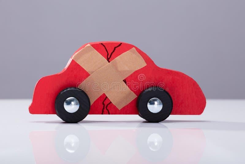 Gebroken Auto met Dwarsbandhulp royalty-vrije stock foto's