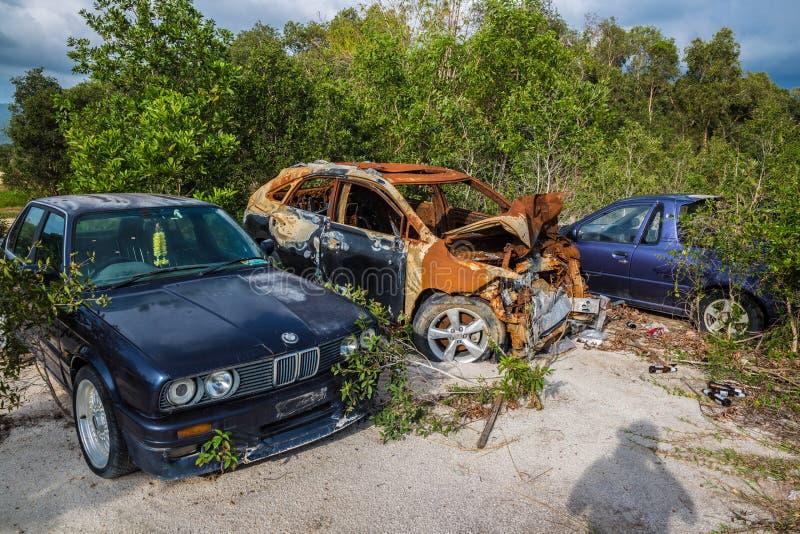 Gebroken auto's in een stortplaats op het gebied op Koh Samui in Thailand stock afbeelding