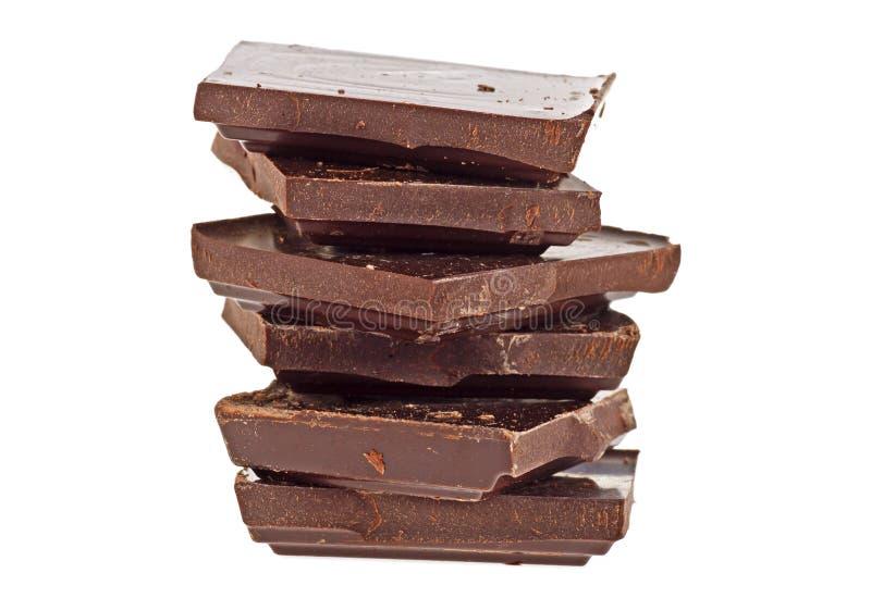 Gebroken bar van donkere die chocolade op witte achtergrond wordt geïsoleerd stock foto's