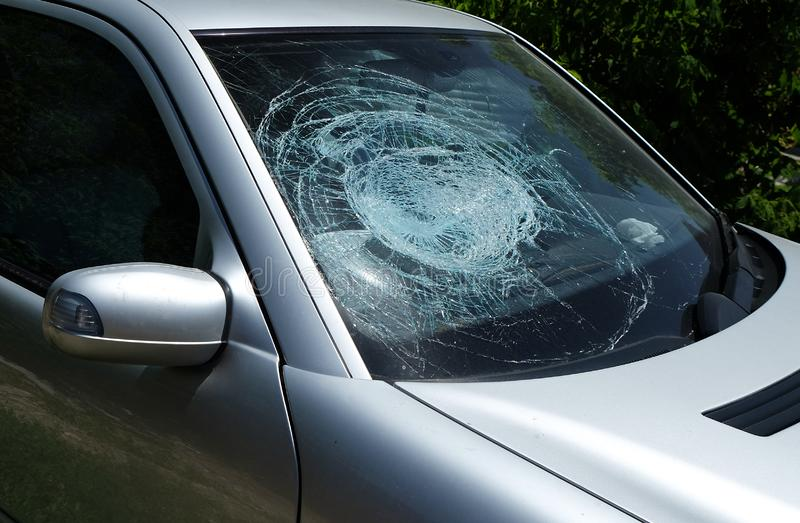 Gebroken beschadigd het glasvenster van het autowindscherm royalty-vrije stock afbeeldingen