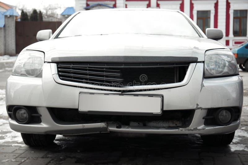 Gebroken bumper van auto betrokken bij ongeval, stock fotografie