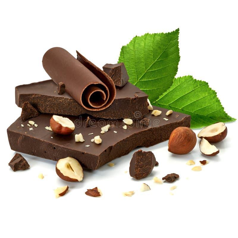 Gebroken chocoladerepen en stukkenstapel of hoop met hazelnoten royalty-vrije stock foto