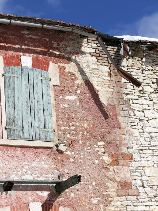 gebroken dak van een oud huis royalty-vrije stock foto