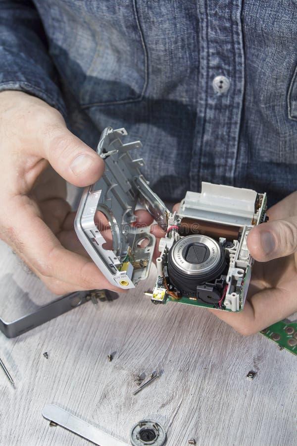 Gebroken die camera in de elektronische dienst wordt gedemonteerd royalty-vrije stock foto's