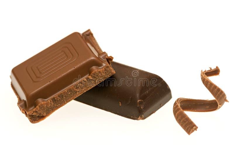 Gebroken die dark en melkchocolabar op wit wordt geïsoleerd stock fotografie