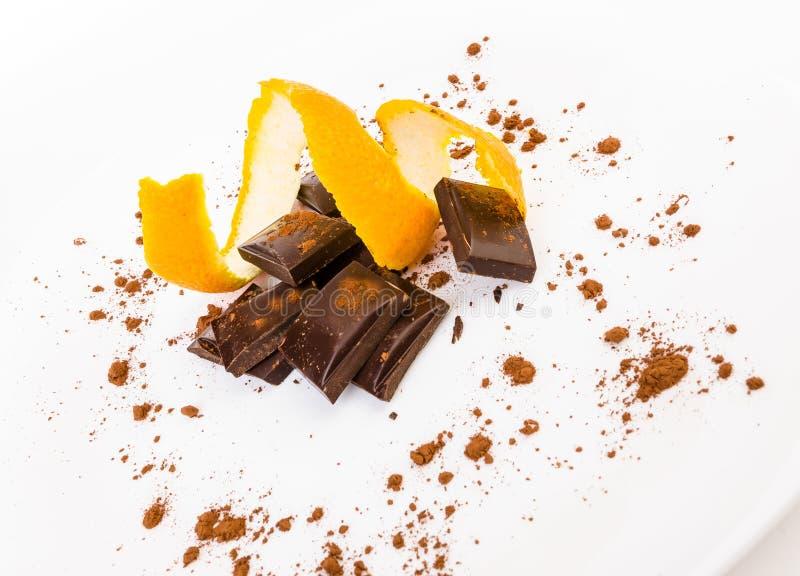 Gebroken donkere chocolade met sinaasappelschil stock afbeeldingen