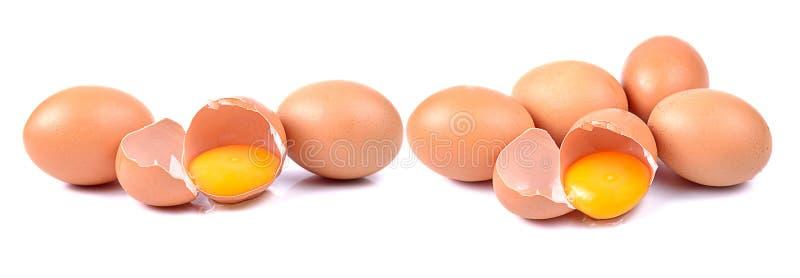Gebroken ei dat op witte achtergrond wordt geïsoleerd? stock afbeelding