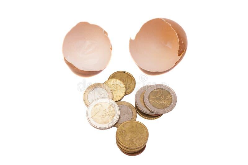 Gebroken ei met euro muntstukken stock fotografie