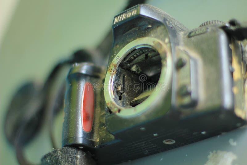 Gebroken en gedemonteerde fotocamera stock afbeeldingen