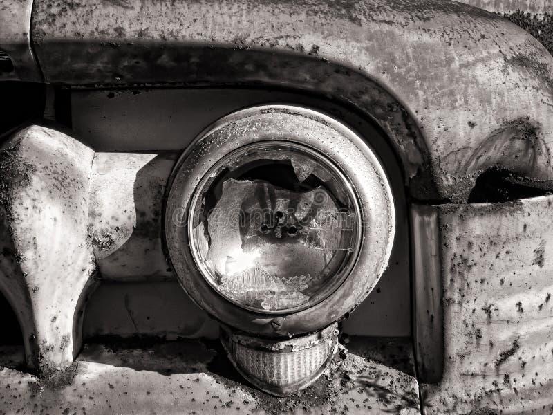 Gebroken en geroeste koplamp royalty-vrije stock foto