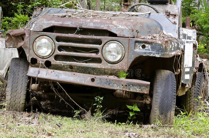 Gebroken en roestige auto stock fotografie