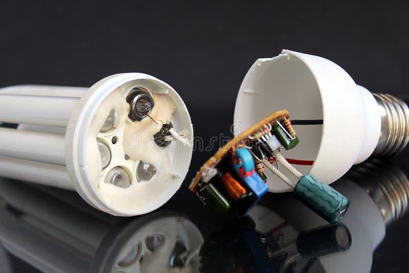 Gebroken fluorescente lamp die op de lijst liggen stock foto