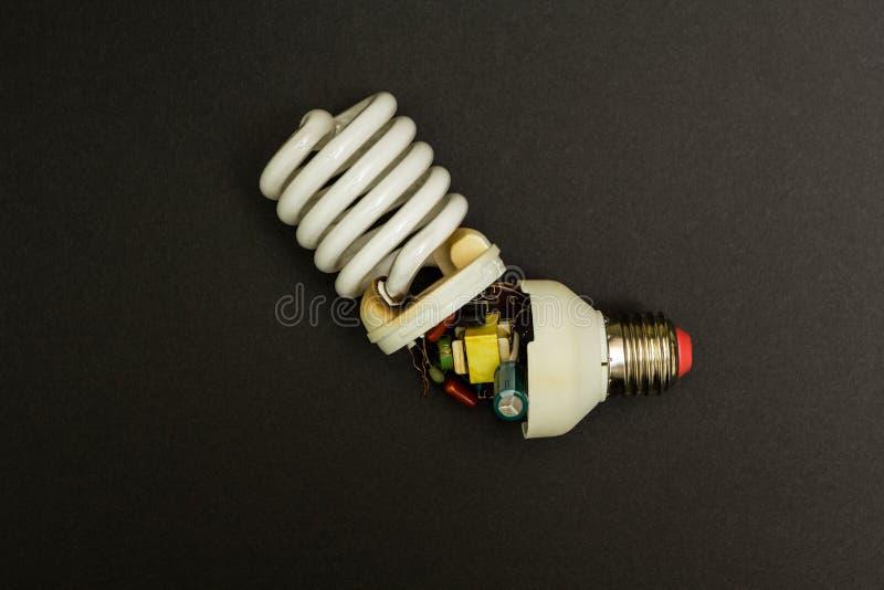 Gebroken fluorescente lamp op een zwarte achtergrond stock afbeelding