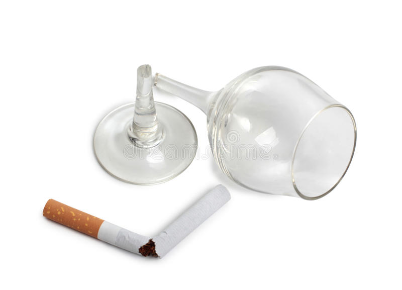 Gebroken glas en sigaret stock foto's