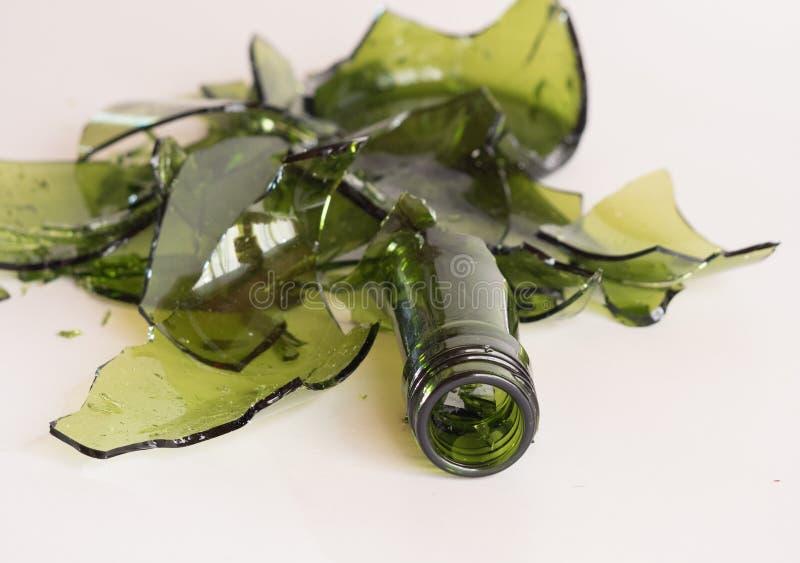 Gebroken groene fles stock afbeeldingen