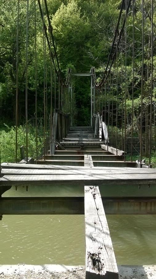 Gebroken hangbrug stock fotografie