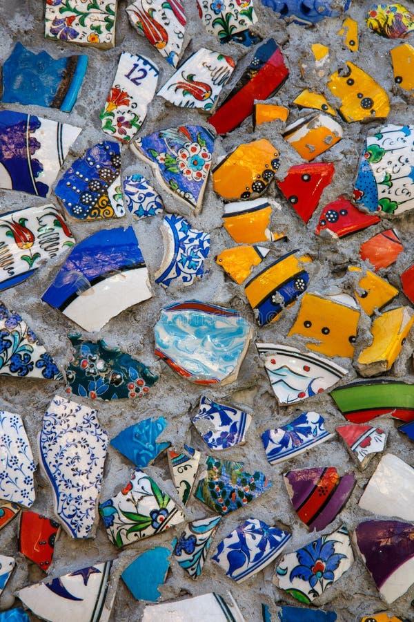 Gebroken het mozaïekachtergrond van het plaat kleurrijke puin, abstract kunstontwerp van muur ceramisch patroon royalty-vrije stock afbeelding