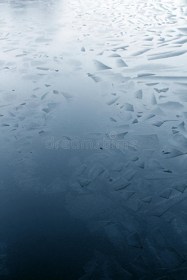 Gebroken het stukpatroon die van het waterijs op meeroppervlakte drijven stock fotografie
