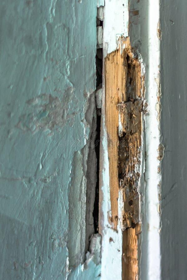 Gebroken houten deurslot stock foto