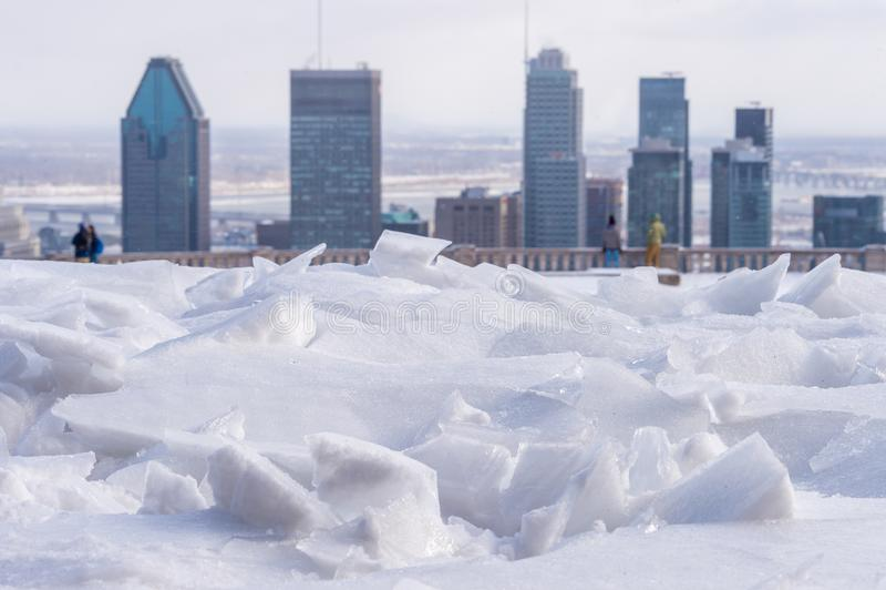 Gebroken ijs na het bevriezen regen en de horizon van Montreal royalty-vrije stock afbeeldingen