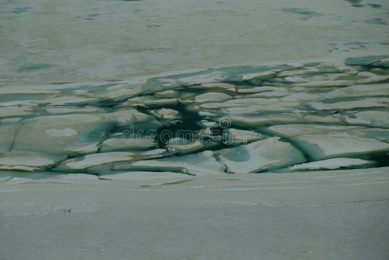 Gebroken ijs van een bergmeer stock foto's