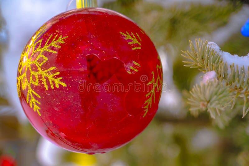 Gebroken Kerstmissnuisterij tegen sneeuw behandelde boom royalty-vrije stock afbeeldingen